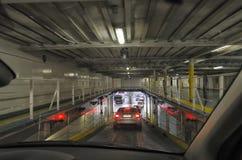 Autos, die von der Fähre ausschiffen stockfoto