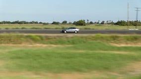 Autos, die an zur Autobahn-Zentrale Kalifornien verschmelzen stock video footage