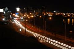Autos durch die Promenade nachts mit Bewegungszittern Stockbilder