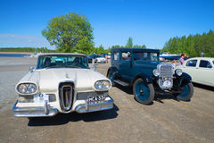 Autos Edsel Citation 1958 und Chevrolet 1928 auf dem Retro- Transport der Parade Stockfotos