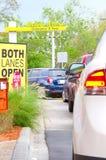 Autos in einer langen Schlange an einem Laufwerk durch Restaurant Lizenzfreies Stockbild