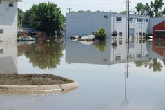 Autos eingeschlossen in der Iowa-Überschwemmung Stockfotos
