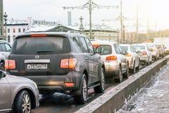 Autos am eisigen Wintertag des Straßenschnees Russland St Petersburg 22. Dezember 2017 Stockfoto