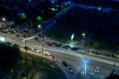 Autos entlang Straße und Posten der Verkehrspolizei Tyumen Lizenzfreies Stockbild