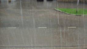 Autos fahren auf eine überschwemmte Straße mit schmutzigen Pfützen im Regensturm stock video