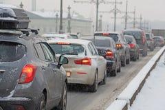Autos fest im Verkehr während der Schneefälle Stockbild