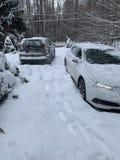 2 Autos gehaftet im Schnee in der Fahrstraße lizenzfreies stockbild