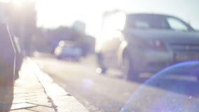 Autos gehen auf den Straße unscharfen Fokus Kadettmädchen, welches die Kamera und die Aufstellung betrachtet stock video footage