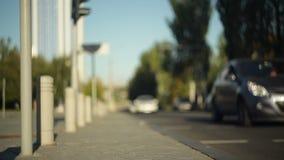 Autos gehen auf den Straße unscharfen Fokus Kadettmädchen, welches die Kamera und die Aufstellung betrachtet stock footage