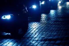 Autos gehen nachts auf der Pflasterung Lizenzfreies Stockbild
