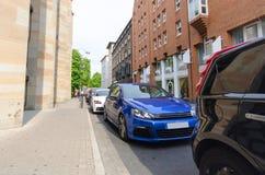 Autos geparkt in der Reihe Stockfoto