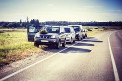Autos geparkt entlang Straße Lizenzfreie Stockfotos