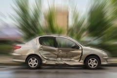 Autos haben Zusammenstoß mit großer Drehzahl auf gefrorener Datenbahn stockfotos