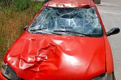 Autos haben Zusammenstoß mit großer Drehzahl auf gefrorener Datenbahn Stockfoto