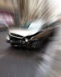 Autos haben Zusammenstoß mit großer Drehzahl auf gefrorener Datenbahn stockbild