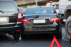 Autos haben Zusammenstoß mit großer Drehzahl auf gefrorener Datenbahn Stockfotografie