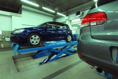 Autos im Automobilservice stockbilder