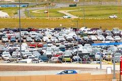 Autos im FlughafenParkplatz an Durchmesser Stockfoto