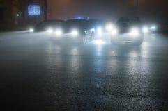 Autos im Nebel, Bukarest, Rumänien stockfoto