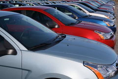 Autos im neuen Autolot Stockfoto