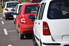 Autos im Parkplatz Stockbild
