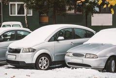 Autos im Parkplatz, umfasst mit Schnee Stockbild