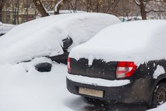 Autos im Parkplatz im Winter Lizenzfreie Stockfotos