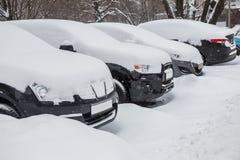 Autos im Parkplatz im Winter Lizenzfreie Stockfotografie