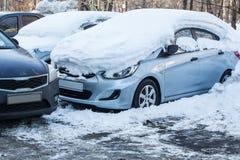 Autos im Parkplatz im Winter Stockfoto