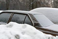 Autos im Schnee auf Parkplatz Stockbild