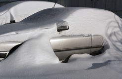 Autos im Schnee auf Parkplatz Stockfoto