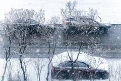 Autos im Schnee im Parkplatz Die Ansicht von der Oberseite Lizenzfreies Stockbild