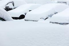 Autos im Schnee während des Blizzards Stockfotografie
