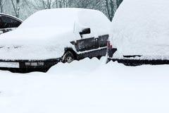 Autos im Schnee während des Winterblizzards Lizenzfreie Stockbilder