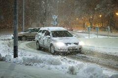 Autos im schneebedeckten Verkehr Stockfoto