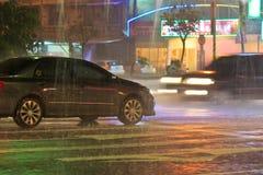 Autos im starken Regen Stockfotografie