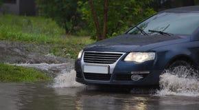 Autos im starken Regen Stockfoto