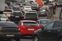 Autos im Verkehr auf einer Brücke stockfotografie