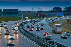 Autos im Verkehr auf einer Datenbahn stockfoto