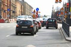 Autos im Verkehr wegen der Straßenarbeiten Lizenzfreies Stockfoto