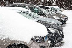 Autos mit Schnee auf einem Parkplatz Lizenzfreies Stockbild