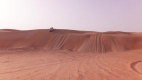 Autos nicht für den Straßenverkehr mit Touristen steigen von einer hohen Düne im Unebenheitsal Khali-Wüstenvorrat-Gesamtlängenvid stock video footage