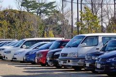 Autos am Parkplatz in Tokyo, Japan Lizenzfreie Stockfotos