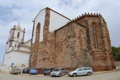 Autos parkten außerhalb der Silves-Kathedrale in Silves, Portugal Stockfotos