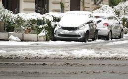 Autos parkten in der Stadt fast vollständig bedeckt mit Schnee Stockbild