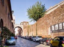 Autos parkten entlang dem alten über Giulia in Rom Lizenzfreies Stockfoto