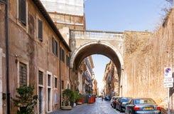 Autos parkten entlang dem alten über Giulia in Rom Stockfotografie