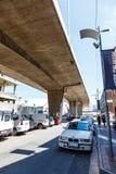 Autos parkten unter einer Brücke in der Stadt von Johannesburg Stockbilder