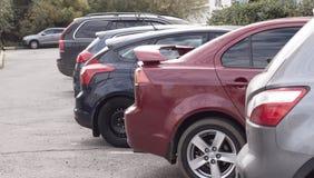 Autos sind im Parkplatz - Foto auf Lager Lizenzfreies Stockfoto