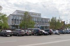 Autos sind im Parkplatz vor dem Gerichtsgebäude des Krasnojarsk-Gebiets, auf Mira Avenue an einem bewölkten Tag des Frühlinges stockfotos